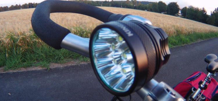 Rezension: LED Scheinwerfer KingTop CREE LED Fahrradbeleuchtung 11000 lm Fahrradlampe Set , wiederaufladbarer Akku